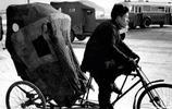 鏡頭下:北京記憶1957年,看皮影戲的兒童,護城河滑冰的群眾!