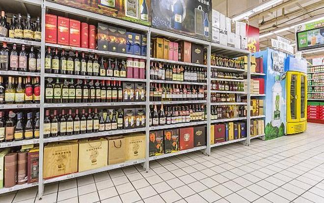 超市有6款白酒,富人成箱拿,窮人瞧不上,卻是實實在在糧食酒