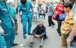 鄭州一老人倒地流血 路人先拍照作證後攙扶 哥以前是開大奔的