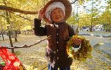 銀杏村:九十歲賣花環奶奶成爭拍紅人,遊客問她說是出來玩的