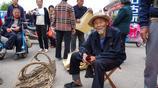 92歲農村大爺耳不聾眼不花,在家編寶貝,在農村大集上賣火了!