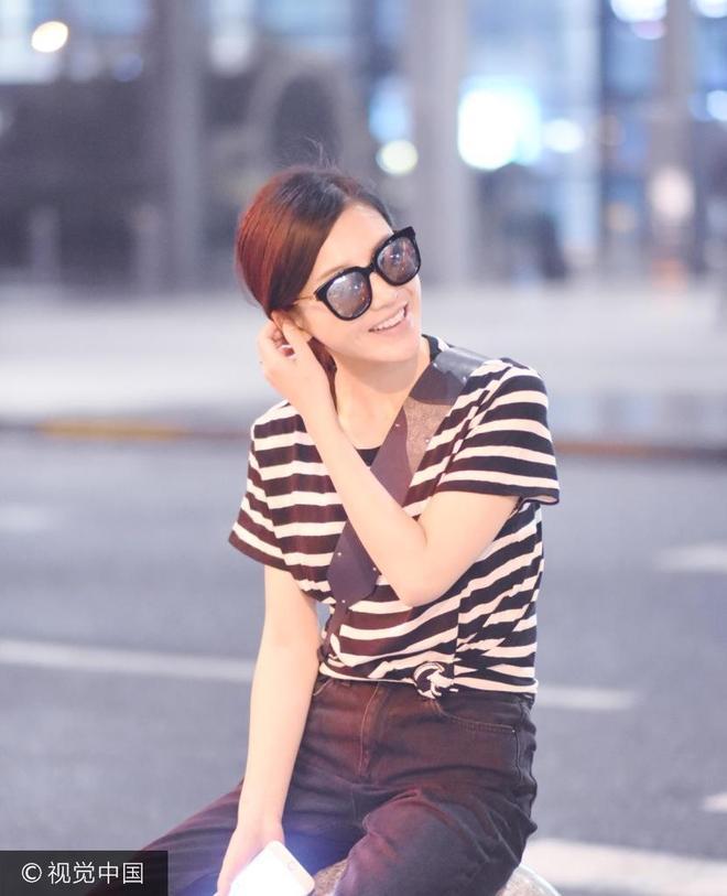 趙薇愛將楊子姍機場坐石凳超接地氣 墨鏡難掩燦爛笑容熱情揮手
