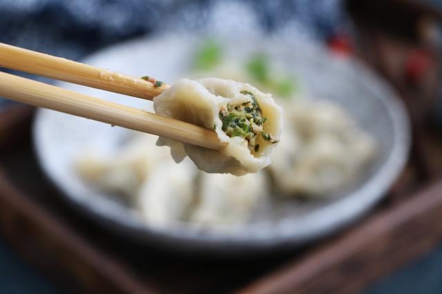 春天,它比韭菜營養,比白菜好吃,這個做法一頓5斤不夠吃,太香