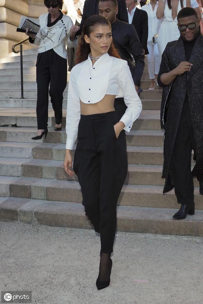 贊達亞·科爾曼出席時裝週,短裝白襯衣搭配黑褲,滿滿高級感