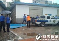 商州城管城關中隊依法拆除江濱路西段違法建築