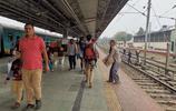 實拍印度如今的火車,沒有想象中的髒亂差,火車車軌可以任意走動
