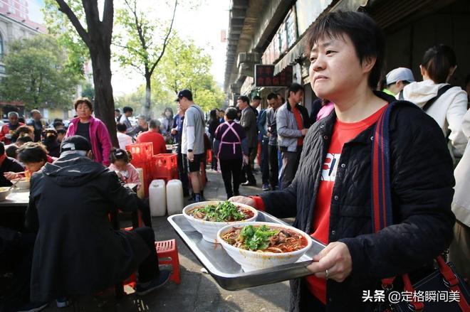 一碗麵條13元市民天天排隊吃不夠 攤主憑手藝一年賺套房錢很輕鬆