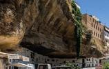 懸崖上的石頭鎮