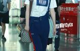 李宇春最新機場秀穿上揹帶褲,內搭短袖秀出好身材,網友:光看腰很有女人味