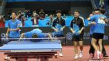 天津全運會上海隊奪得兵乓球男團冠軍 隊員親吻球桌