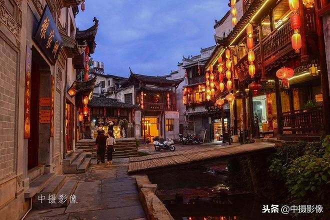 一個小橋流水、街巷9曲10彎的千年古村,一到晚上燈紅水綠