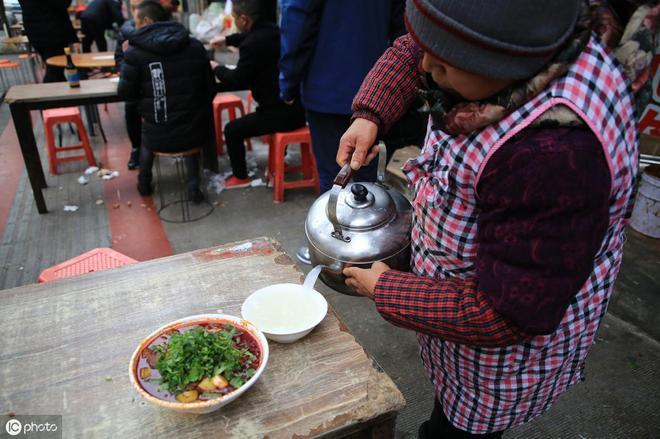 這家麵館開在橋洞裡,一天賣出2000多碗,吃麵配黃酒