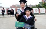 農村小哥帶著重病父母上大學,抱著母親遺照跟偏癱父親拍畢業照