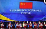 世界大學生運動會,老外居然自豪的舉著中國國旗