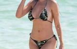 歐美女星海灘度假被狗仔跟拍,皮膚白皙身材豐滿誘惑力十足