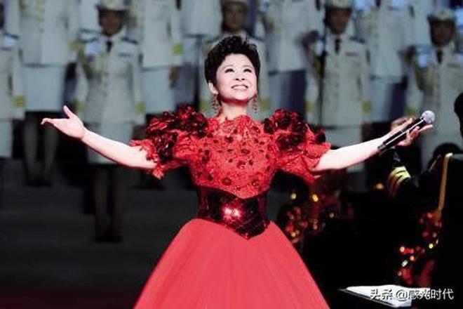 """中國""""殿堂級""""民歌唱家,5連冠至今無人打破,與初戀恩愛33年!"""