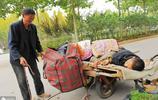 精神病男子離家出走,60歲父親拉他回家,40公里的路走了一天