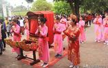 越南顏值最高的廟會,一大批漂亮的17歲女孩抬者參與抬神轎活動