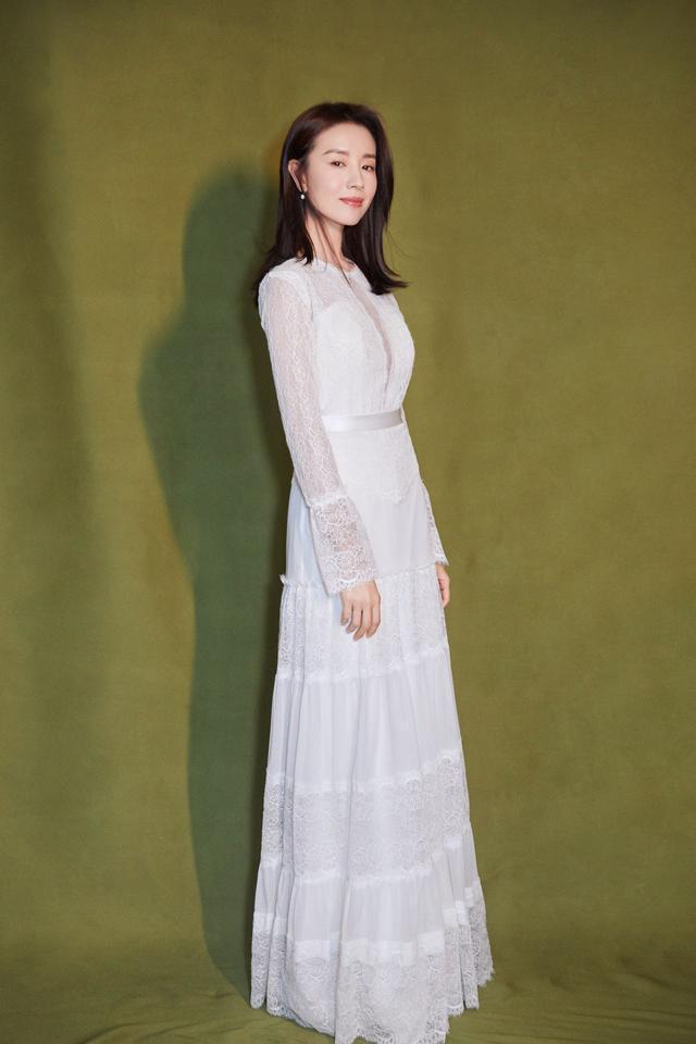 董潔穿搭哪裡老成了?人家穿的白色連衣裙,就很接地氣