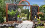 庭院設計:土豪家的愜意別墅花園,把防腐木平臺放到了魚池中