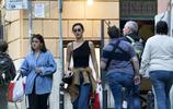 組圖:維祕女模羅馬街頭購物 性感露肩裝大長腿顏值逆天