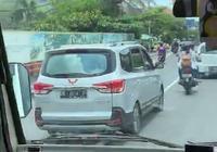 巴厘島偶遇五菱宏光S,看到豪車味很足,網友:真值得吹一波牛!