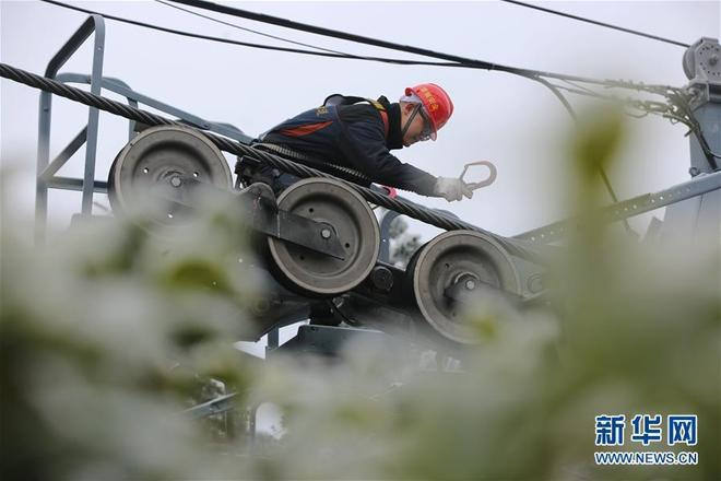 湖南張家界:冰雪下的高空索道巡檢工