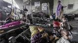 印度貧民窟的留守母親已生育多個女兒,即使家庭再窮也要生個兒子