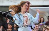 瑪吉·羅傑斯紐約錄製節目,短裝上衣搭配高腰休閒褲,活力時尚