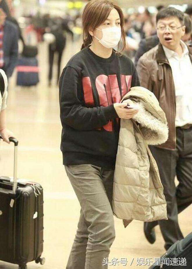 趙薇素顏現身機場無人理,上萬衛衣穿成地攤貨,皮膚黑黃似大媽