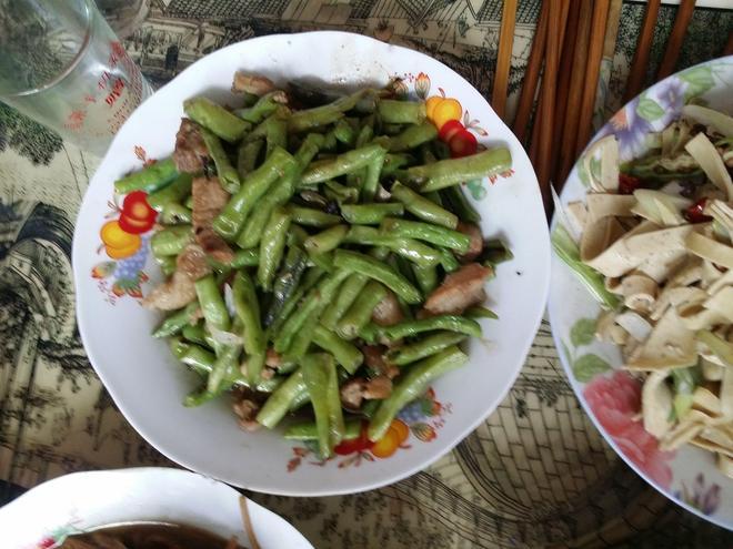 """農家有一種習俗叫""""躲尿窩"""",婆婆準備了一桌飯菜招待自己的親家"""