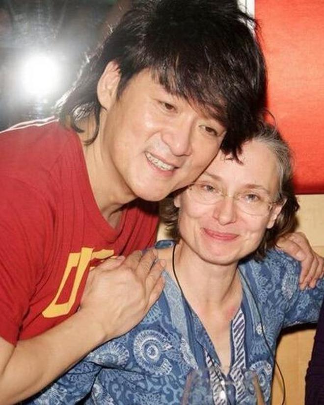 周華健與歲妻子近照,康粹蘭依舊十分優雅,擁有不一樣氣質