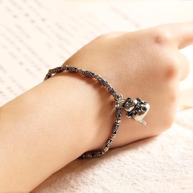 金首飾已經落伍了,現在流行精緻的寶石手鍊,愛美女性的首選