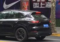 上海街頭偶遇首輛上牌的18款保時捷卡宴,貫穿式尾燈逼格滿分