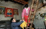 大山裡窮小夥外出娶來緬甸姑娘做媳婦,不要彩禮,還生了兩個娃