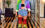 Lady Gaga又來吸睛了!穿彩虹裝顯長腿細腰,架黑超表情浮誇搞怪
