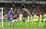 意大利足球運動員馬里奧·巴洛特利一挑二,賽場上超神了!