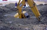 開挖機那麼危險為什麼還有人去做?網友高呼:還不是因為窮