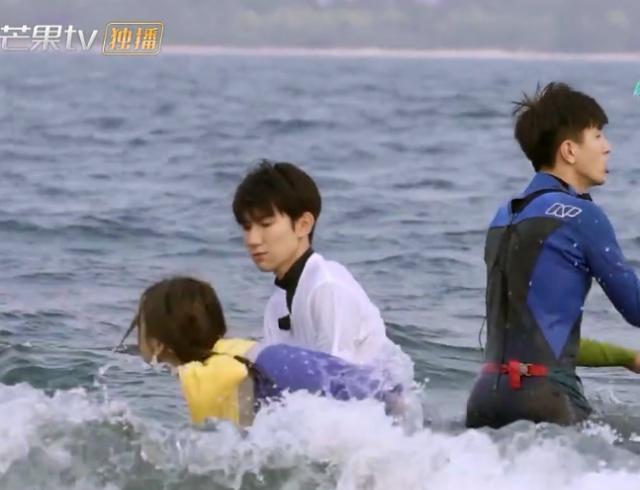 楊超越海中玩耍被海浪衝倒,下意識抱住王源的腰,王源這個舉動