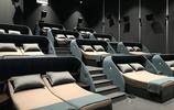 這家電影院把雙人床搬進了VIP影廳,甚至還配床頭櫃