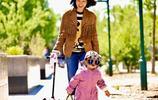 幸福!朱丹帶女兒遛彎享受春天 畫面溫馨有愛惹人羨