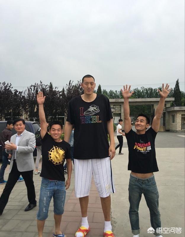 """有人認為身高2米3、被稱為""""姚明二代""""的孫明明連CBA都打不上,只能在村鎮級聯賽撈金,你怎麼看?"""