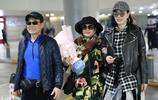 鍾麗緹與父母現身機場,老爸黑超遮面,頗有大哥風範