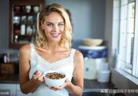 """經典笑話:女友洗碗時打碎了一隻碗,居然對我說:""""都怪你!"""""""