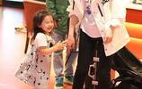董璇帶女兒現身機場,女兒酒窩遺傳老媽高顏值,對鏡揮手乖巧可愛
