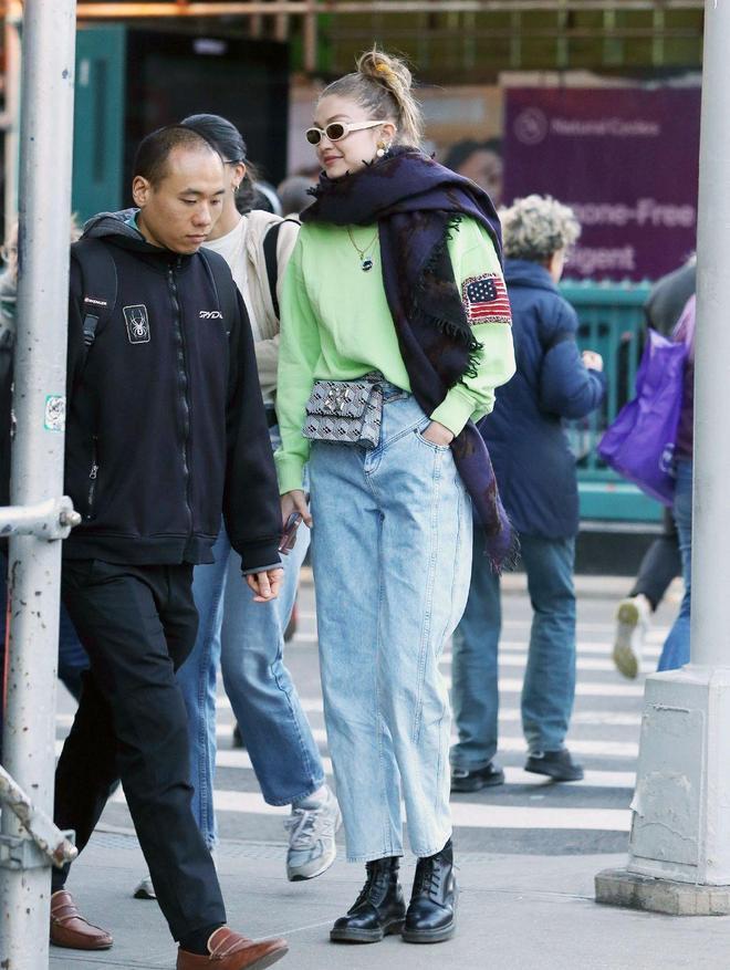 超模吉吉終於不低調,綠衛衣搭牛仔褲酷帥減齡,挎包當腰帶更驚豔