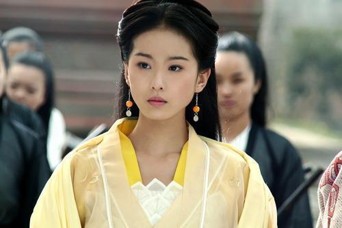 《倚天屠龍記》中黃衣女子喜歡張無忌?武功與張無忌比孰優孰劣?