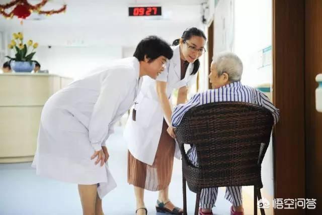 老人生病需要80萬,可是他在住院前把所有家產都給了兒子,然後要求兒子女兒平攤治療費用,這樣合理嗎?