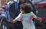 金·卡戴珊街頭單手抱娃媽媽力爆棚,萌娃穿彩色T頂泡麵頭超可愛