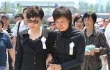 實拍羅京葬禮,李詠蔡明戴著墨鏡出席,老搭檔李瑞英崩潰